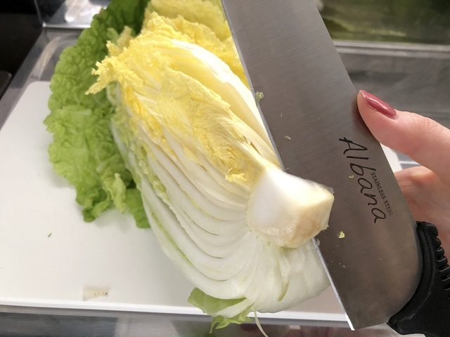 白菜の芯を取る