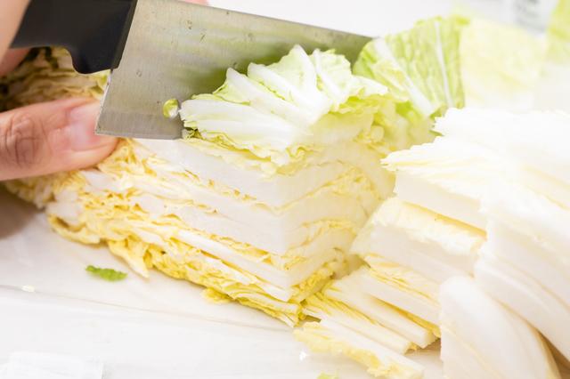 白菜を切る
