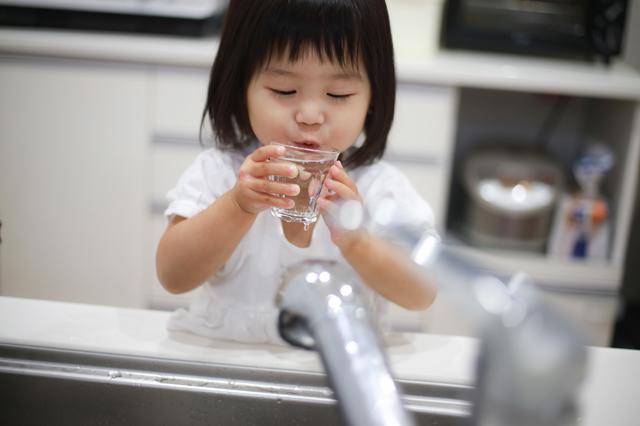 水を飲む子ども