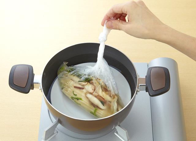 湯せんで調理をする