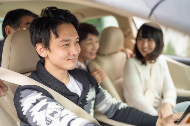 ドライブに行く家族