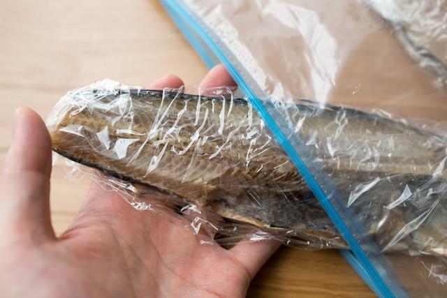 魚の切り身を保存袋に入れる