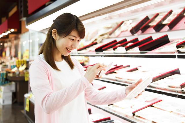 スーパーマーケットで買い物をする人