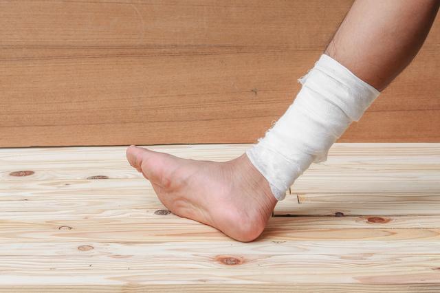 包帯を巻いた足