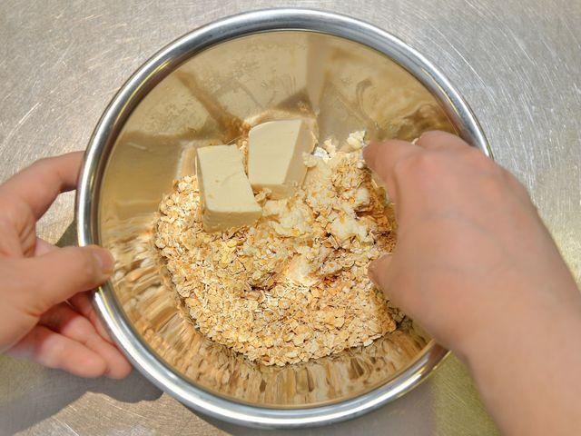 オートミールと豆腐を混ぜる