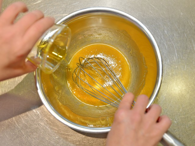 オリーブオイル、三温糖、塩、卵を混ぜる