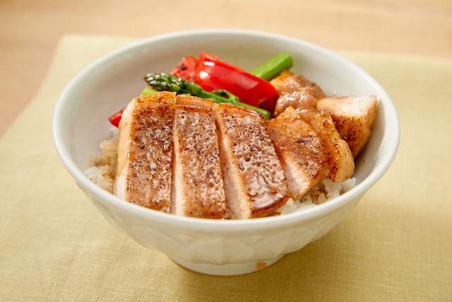 豚肉と黒コショウのバター丼