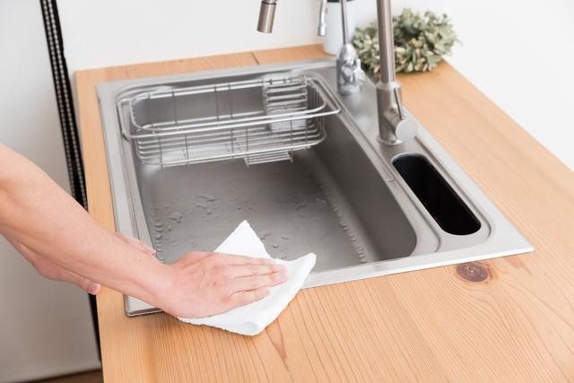 キッチンシンクを拭く
