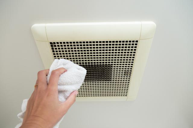 換気扇カバーを乾拭きをする