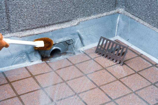 ベランダの排水溝を掃除するところ