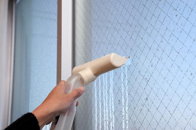 結露した窓を拭いているところ