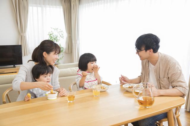 家族で防災について話し合っているイメージ画像