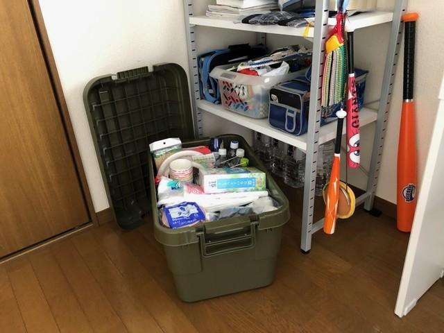 収納ケースに入った防災用の備蓄品