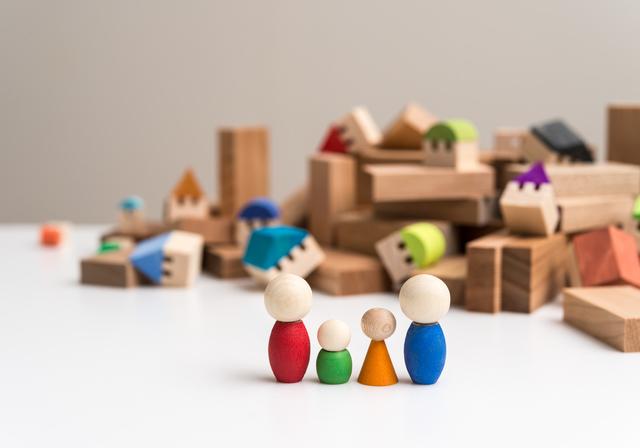 災害時の様子を表した積み木と人形