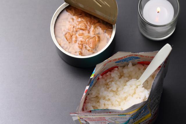防災食(アルファ化米と缶詰)