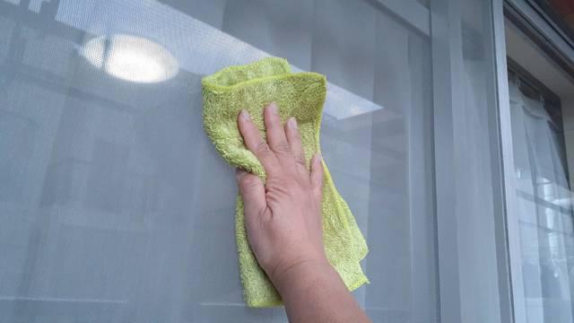 網戸を雑巾で拭くところ
