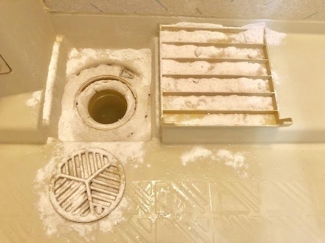 お風呂の排水溝のパーツを掃除しているところ