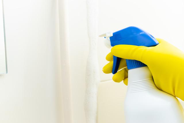お風呂のに洗浄剤をつけている所