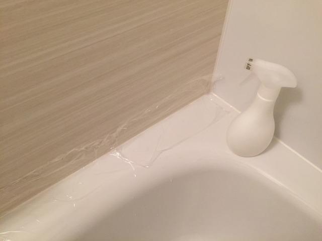カビ取り洗浄剤をつけてラップでパックしているところ