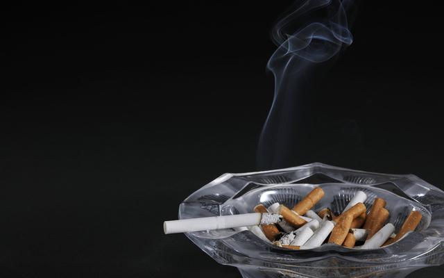 灰皿に積もったタバコ