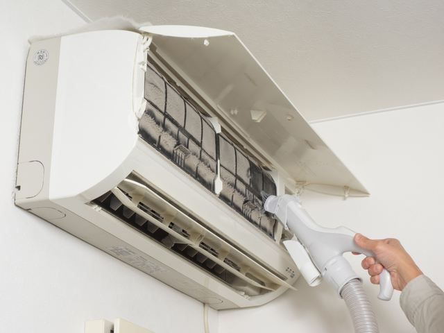 エアコンのフィルターを掃除機で吸うところ