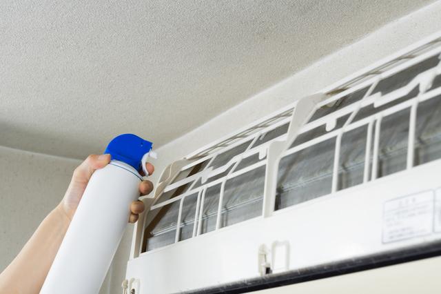 エアコン用の洗浄スプレーで掃除をするところ
