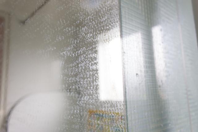 お風呂の鏡についたウロコ汚れ