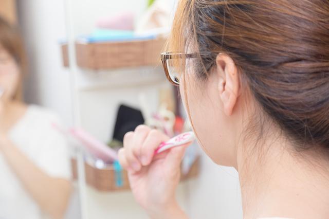 鏡の前で歯磨きをするところ