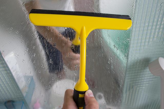 鏡についた水滴をワイパーで拭うところ