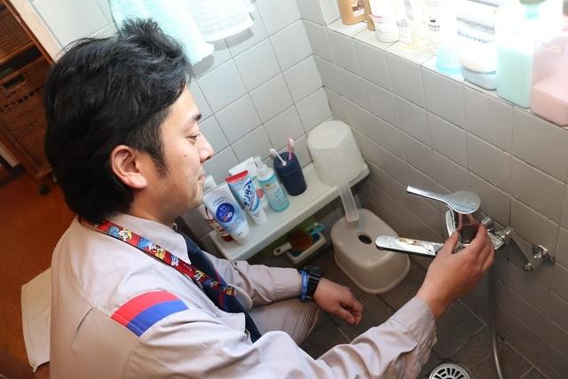 水栓をチェックする東京ガスライフバルスタッフ