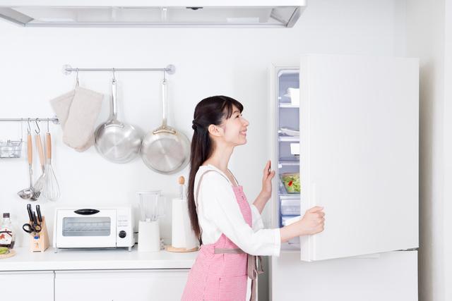 冷蔵庫を開けて確認している女性
