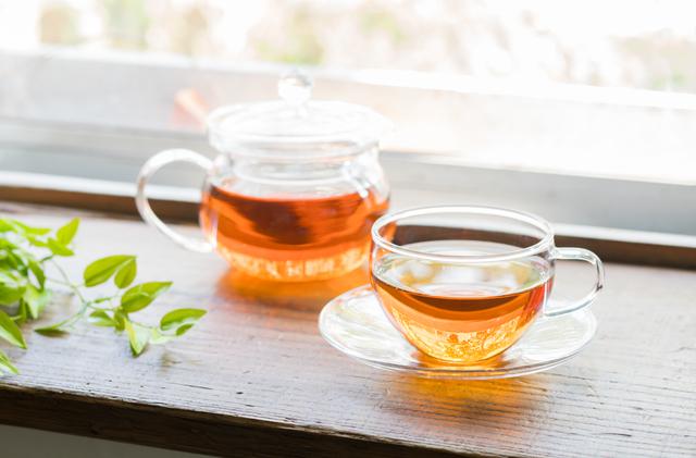 紅茶ポットとティーカップ