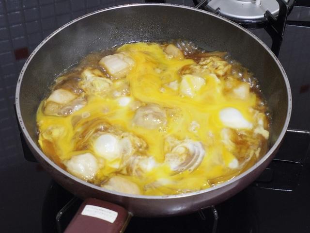 フライパンに卵を入れて加熱しているところ