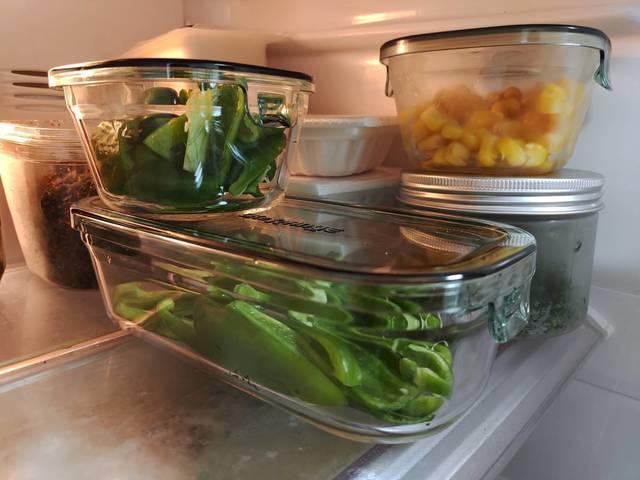 ピーマンをカットして容器に小分けし冷蔵庫に保存しているところ