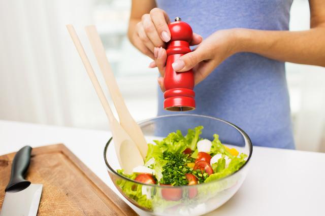 サラダを作っているところ