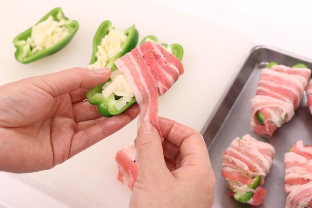 「ピーマンとチーズの豚バラ肉巻き」調理の様子