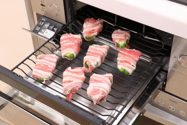 「ピーマンとチーズの豚バラ肉巻き」グリルで焼いている様子