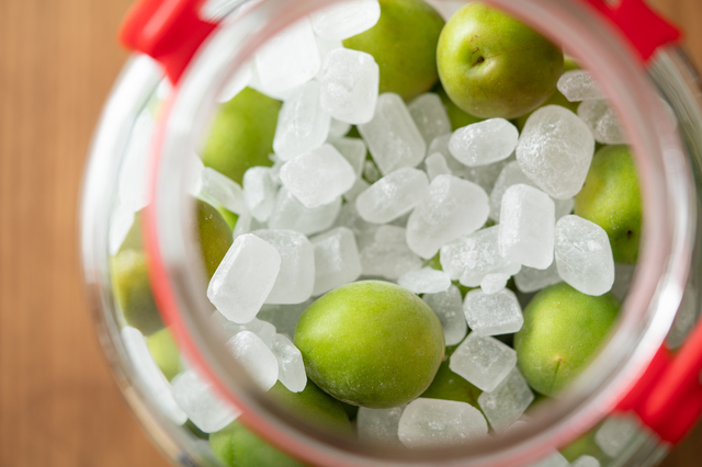 氷砂糖と一緒に瓶に詰められた青梅