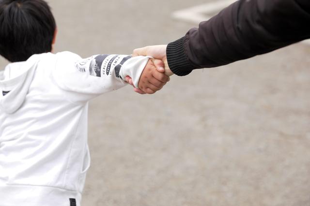手を繋いている親子