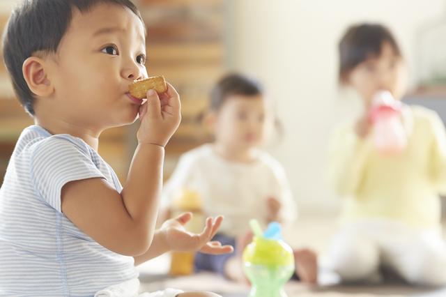 お菓子を食べる子ども