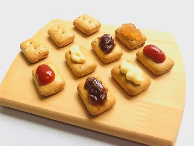 ジャムやチーズなどがトッピングされた乾パン
