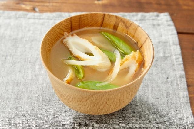 スナップエンドウとちくわの味噌汁