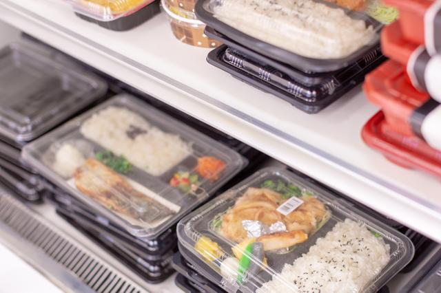 商品棚に並ぶお弁当