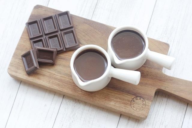 板チョコレートと容器に入ったチョコレートソース