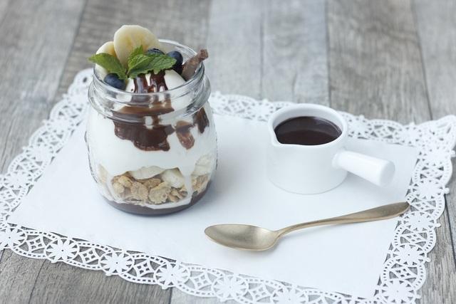 空き瓶で作られたバナナチョコレートパフェ