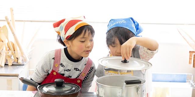 料理を体験する子どもの様子