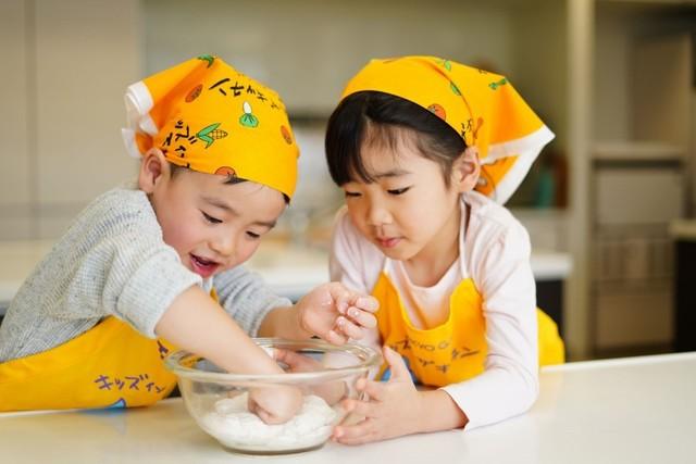 料理をする子どもたち