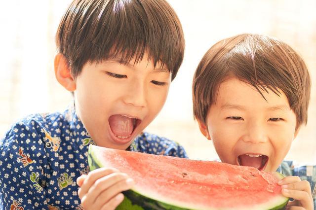 スイカを食べようとしている2人の男の子