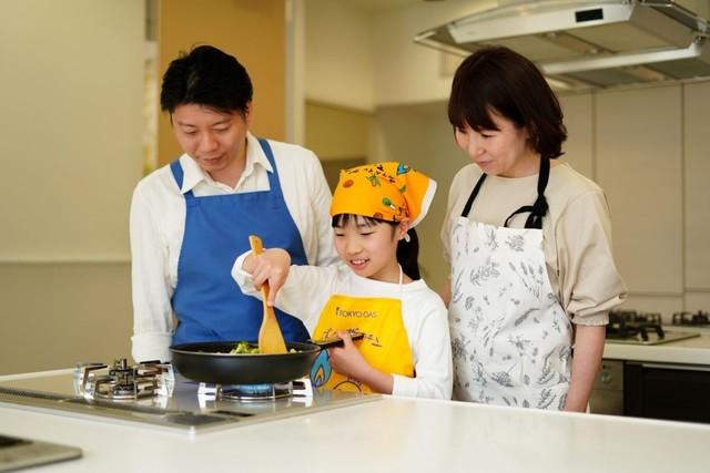 親子で料理をするところ