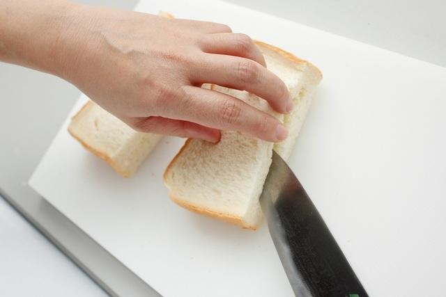 食パンに切り込みを入れているところ